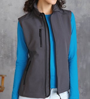 Le mannequin femme porte le bodywarmer softshell K404 à personnaliser en coloris Titanium