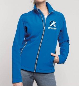 Le mannequin femme porte la veste softshell 2 couches K425 à manches longues zipée personnalisable en coloris Light Royal Blue