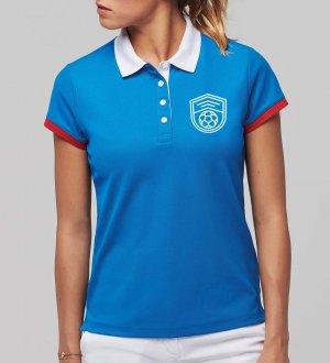 Le mannequin femme porte le polo PA490 à personnaliser en coloris Sporty Royal Blue / White / Red