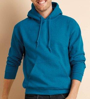 Le mannequin homme porte le sweat à capuche et poche kangourou personnalisable GI18500 en coloris Antique Sapphire