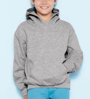 Le mannequin enfant porte le sweat à capuche et poche kangourou GI18500B à personnaliser en coloris Sport Grey