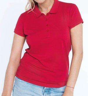 Le mannequin femme porte le polo K255 à personnaliser en coloris Red.