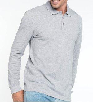 Le mannequin homme porte le polo à manches longues K256 à personnaliser en coloris Oxford Grey.