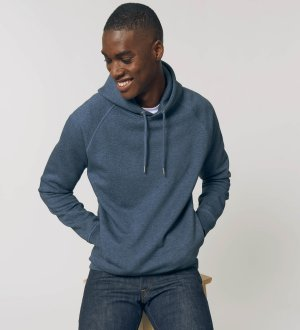 Le mannequin porte le sweat à capuche STSU824 à personnaliser en coloris Dark Heather Blue