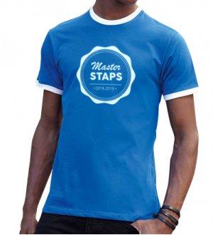 Le mannequin homme porte le t-shirt à col et bords des manches contrastés SC61168 à personnaliser en coloris Royal Blue / White