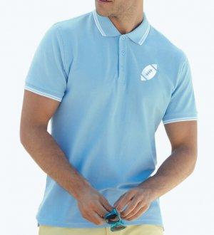 Le mannequin homme porte le polo à liseré SC63032 à personnaliser en coloris Sky Blue / White