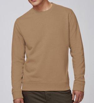 Le mannequin homme porte le sweat à col rond en coton bio à personnaliser STSU811 en coloris Camel.